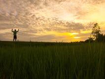 Folk på solig utomhus- molnhimmel för sol Arkivfoton