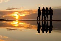 Folk på solnedgången arkivbild