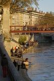 Folk på solnedgången på Quais de Saone Fotografering för Bildbyråer