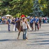 Folk på stället i fromt av den roman amfiteatern av Verona Arkivbilder