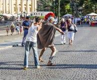 Folk på stället i fromt av den roman amfiteatern av Verona Arkivbild