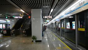 Folk på stationen i Changsha, Kina stock video