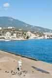 Folk på strand av den Yalta staden i Krim Royaltyfri Fotografi