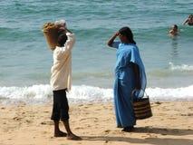 Folk på strand efter tsunamien 2004 Arkivfoto