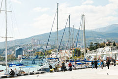 Folk på strand i den Yalta staden i September Royaltyfria Foton
