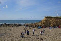 Folk på strandCrackington-tillflyktsorten Devon England UK Fotografering för Bildbyråer