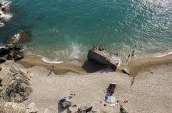 Folk på stranden Fotografering för Bildbyråer