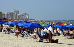 Folk på stranden Royaltyfri Fotografi