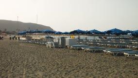 Folk på stranden stock video