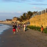 Folk på stranden av Mancora, Peru Royaltyfri Fotografi