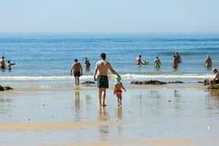 Folk på stranden av Olhos de Agua i Albufeira arkivbild