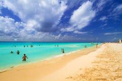 Folk på stranden av Playacar på det karibiska havet Royaltyfria Foton