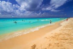 Folk på stranden av Playacar på det karibiska havet Royaltyfri Foto