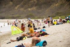 Folk på stranden för Los Frailes i Ecuador Arkivfoto