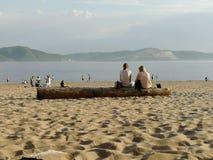 Folk på stranden, freands, kommunikation, par fotografering för bildbyråer