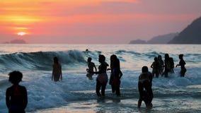 Folk på stranden i Brasilien stock video