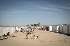 Folk på stranden i Knokke, Belgien royaltyfri foto