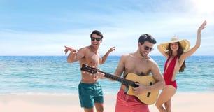 Folk på stranden som spelar gitarren och att dansa Royaltyfri Foto