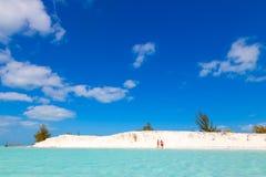 Folk på stranden Vitt sand- och turkoshav cuba arkivfoto