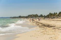 Folk på strandhavannacigarr Royaltyfria Bilder