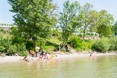 Folk på strandkanten av Danube River i Durnstein, Wachau, Austri Arkivbild