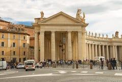 Folk på Sts Peter fyrkant i Vatican City Royaltyfria Foton