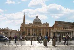 Folk på Sts Peter fyrkant i Vatican City Arkivfoton