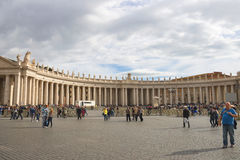 Folk på Sts Peter fyrkant i Vatican City Fotografering för Bildbyråer