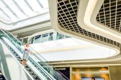 Folk på suddigt för rulltrapparörelse Fotografering för Bildbyråer