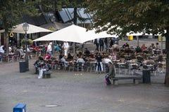 Folk på terrass Arkivfoton