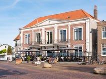 Folk på terrass av kafét i Zaltbommel, Nederländerna royaltyfria foton