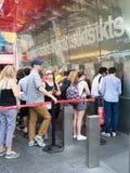 Folk på TKTS-båset på Times Square som köper biljetter till Broa Royaltyfria Foton