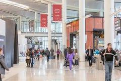 FOLK PÅ TORONTO PEARSON INTERNATIONELL AIRPOT, TERMINAL 1 Arkivbild