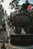 Folk på trappa till Tian Tan Buddha i Hong Kong China fotografering för bildbyråer