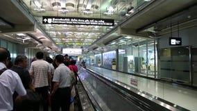Folk på travelator inom internationell flygplats i Bangkok, Thailand lager videofilmer
