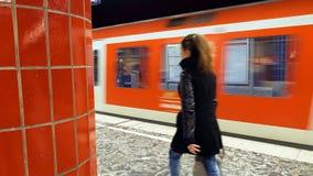 Folk på tunnelbanagångtunnelstationen Royaltyfria Foton