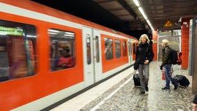 Folk på tunnelbanagångtunnelstationen Arkivbild