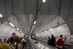 Folk på underjordisk tunneltrappuppgång Royaltyfria Bilder