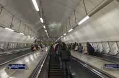 Folk på underjordisk tunneltrappuppgång i London Arkivbild