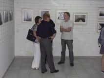 Folk på utställningen av fotogrupp` f 5 6 `, Fotografering för Bildbyråer