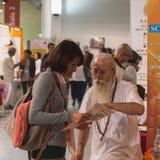 Folk på yogafestivalen 2014 i Milan, Italien Royaltyfri Fotografi