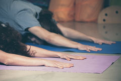 Folk på yogagrupp inomhus arkivbilder