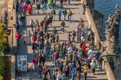 Folk på den Charles bron, Prague Royaltyfria Bilder