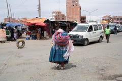 Folk på det Ceja transportområdet i El Alto, La Paz Royaltyfria Bilder