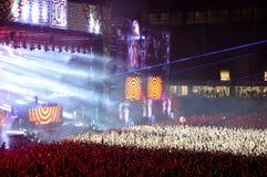 Folk på en levande konsert Arkivfoton