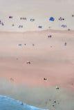 Folk på en strand från höjdpunkt över Arkivfoto