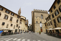 Folk på gatan av den forntida italienska staden Florence flore Arkivfoton