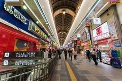 folk på gatan för Pole stadshopping, Sapporo Arkivfoton