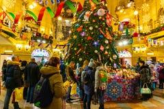 Folk p? julmarknad p? r?d fyrkant i fyrkanten den centrum f?r Moskva dekorerad och upplyst r?da, f?r jul arkivbilder