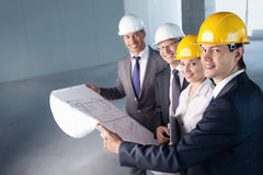 Folk på konstruktionslokalen Arkivbilder